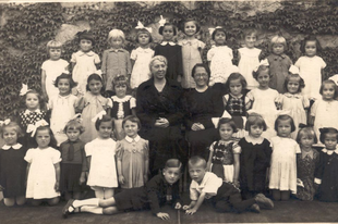 Csoportkép egy lányiskolából