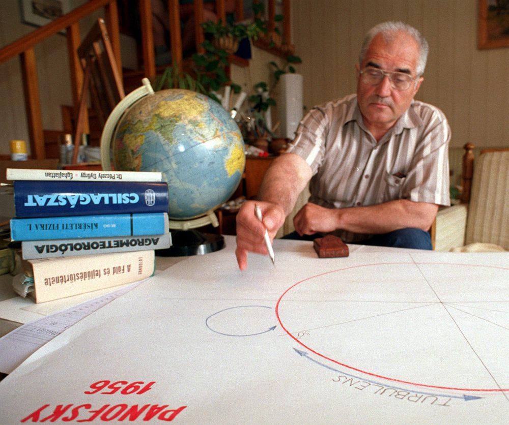 Nyíregyháza 1999. június 8. A Nyíregyházán élõ vízépítõ mérnök, Dávid Mihály meteorológiai távprognozisairól lett híres, ugyanis éves elõrejelzése 12 ezer példányban készül hazai és külföldi üzemek, vállalkozók részére. A globális légcirkulációra épülõ elméletével 80 %-nyi pontossággal jelzi a hõingadozásokat és a csapadékos napokat az ország teruletének 5 régiójára vonatkoztatva. MTI Fotó: Oláh Tibor