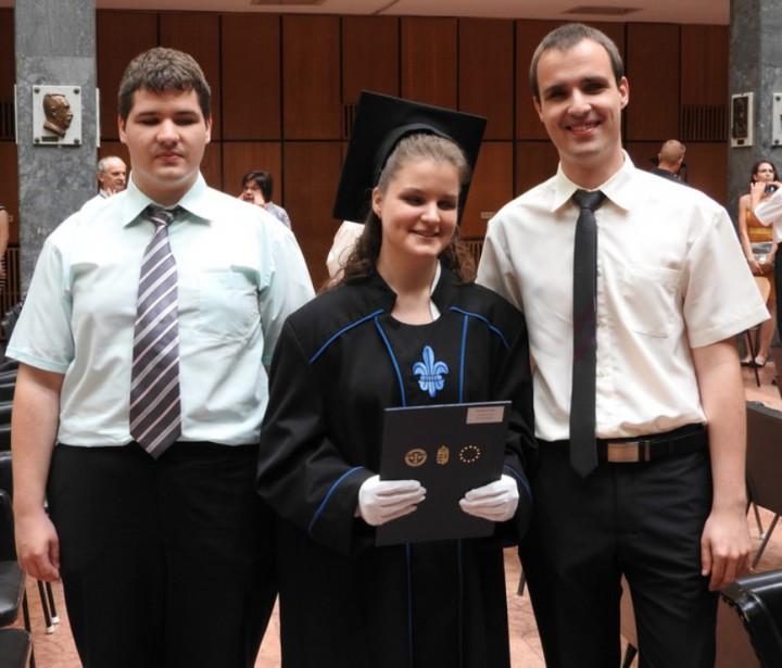 A hármasikrek, akiknek együtt már négy diplomájuk van