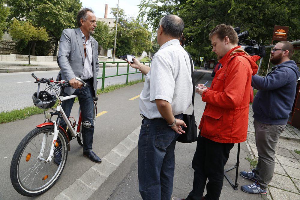 Oszoli Dénes stílszerűen biciklivel jött a sajtótájékoztatóra