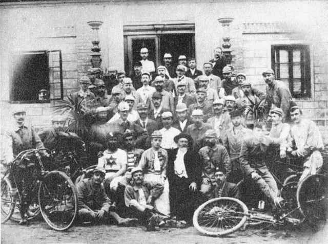 A Pécsi Kerékpár Egyesület és elnöke, Zsolnay Vilmos (lent középen)