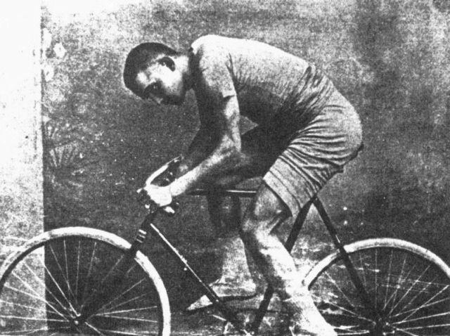 Laubert így örökítették meg, amint biciklizik