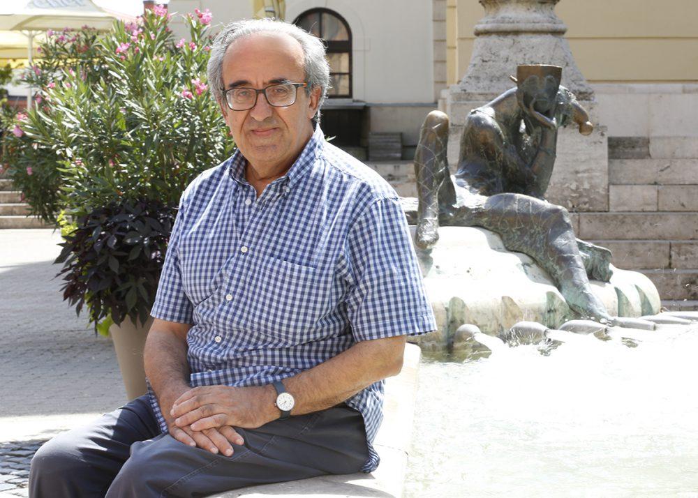 Joe Friggieri nyugodtnak és élhetőnek látja Pécset
