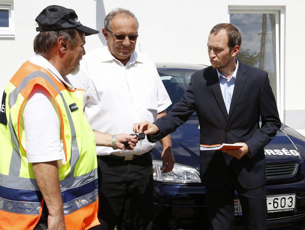 Hang József átveszi az autót az alpolgármestertől