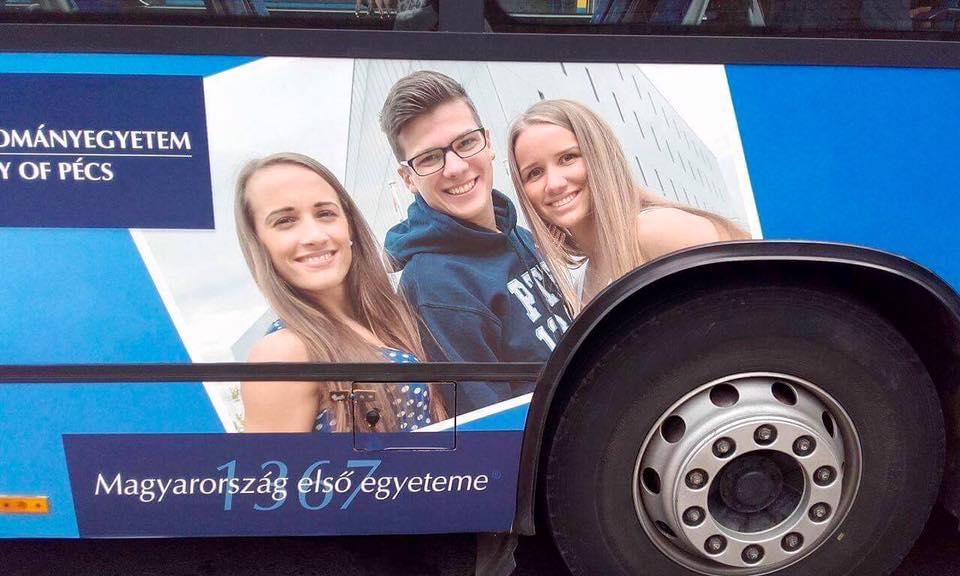 A pécsi buszokról Kata mosolyog ránk!
