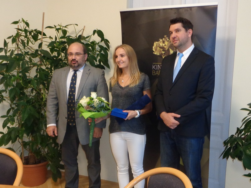 Sárosi Laura átvette kitüntetését a megyei közgyűlés elnökétől