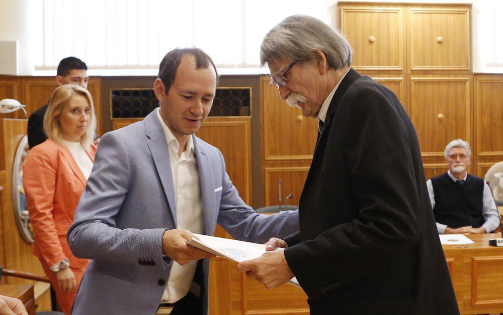 Rétfalvi Sándor Szobrászművészt az alpolgármester köszönti