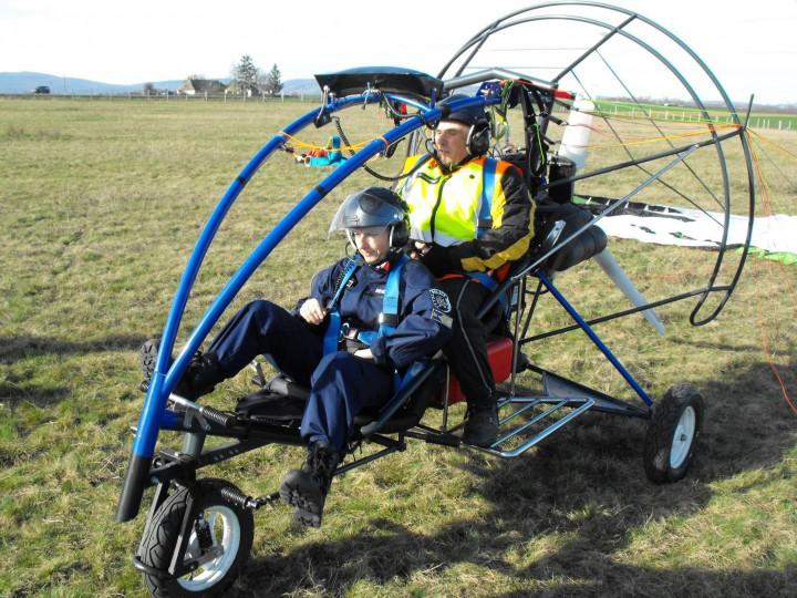 Ez a siklóernyős trike két fővel emelkedik a magasba