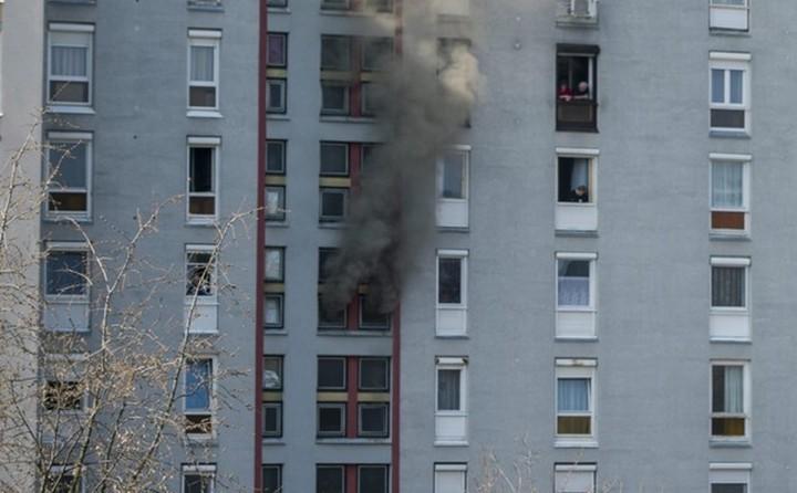 Pécs, 2016. március 20. Füst száll egy pécsi paneltársasház egyik kigyulladt lakásából a Szabó Ervin téren 2016. március 20-án. Valószínûleg a bekapcsolva maradt tûzhelyen felejtett vasárnapi ebéd gyulladt ki a konyhában. Személyi sérülésrõl nincs információ. MTI Fotó: Sóki Tamás