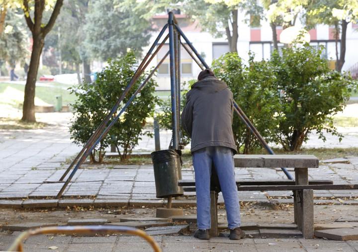 Hajléktalan a játszótéren - mindennapos kép itt