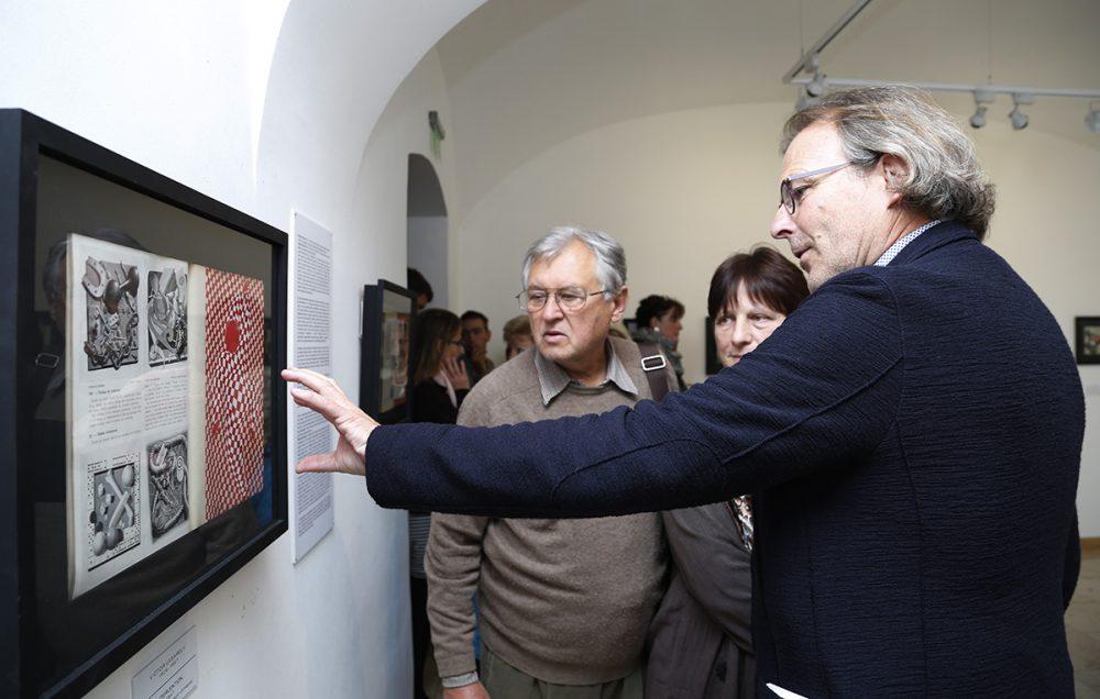 Pierre Vasarely nagyapja műveit csodálja