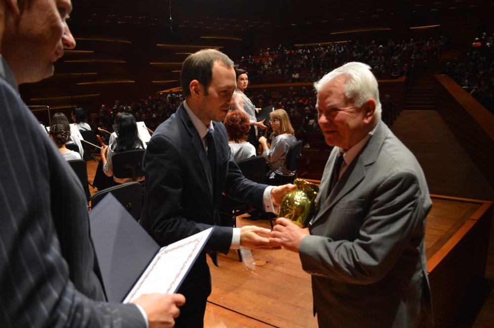 Fodor István földrajz professzor átveszi a díjat az alpolgármestertől