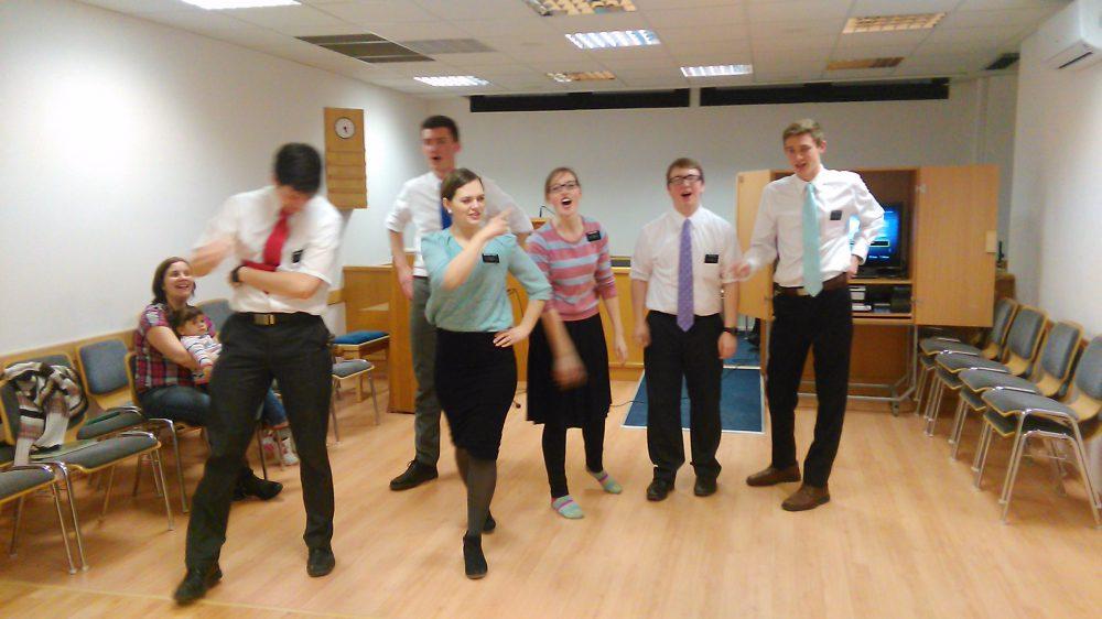 A képen a misszionáriusok táncbemutatójának egy pillanata.