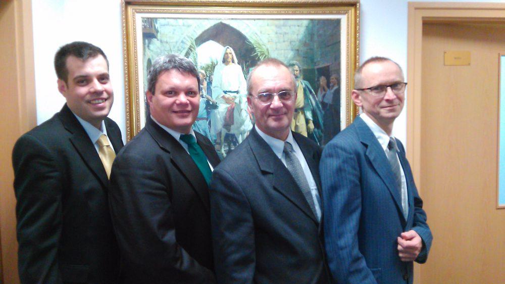 A gyülekezet elnöksége. Balról jobbra: Lajtai András, írnok, Makkai Balázs gyülekezeti elnök, Prim Géza és Borosi László, az elnök tanácsosai.
