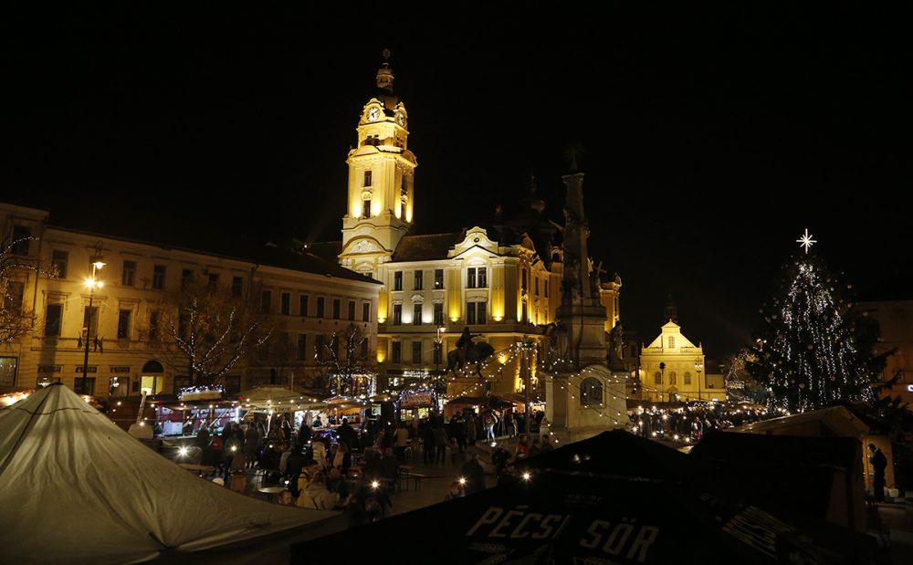 Adventi fényekben úszik a város