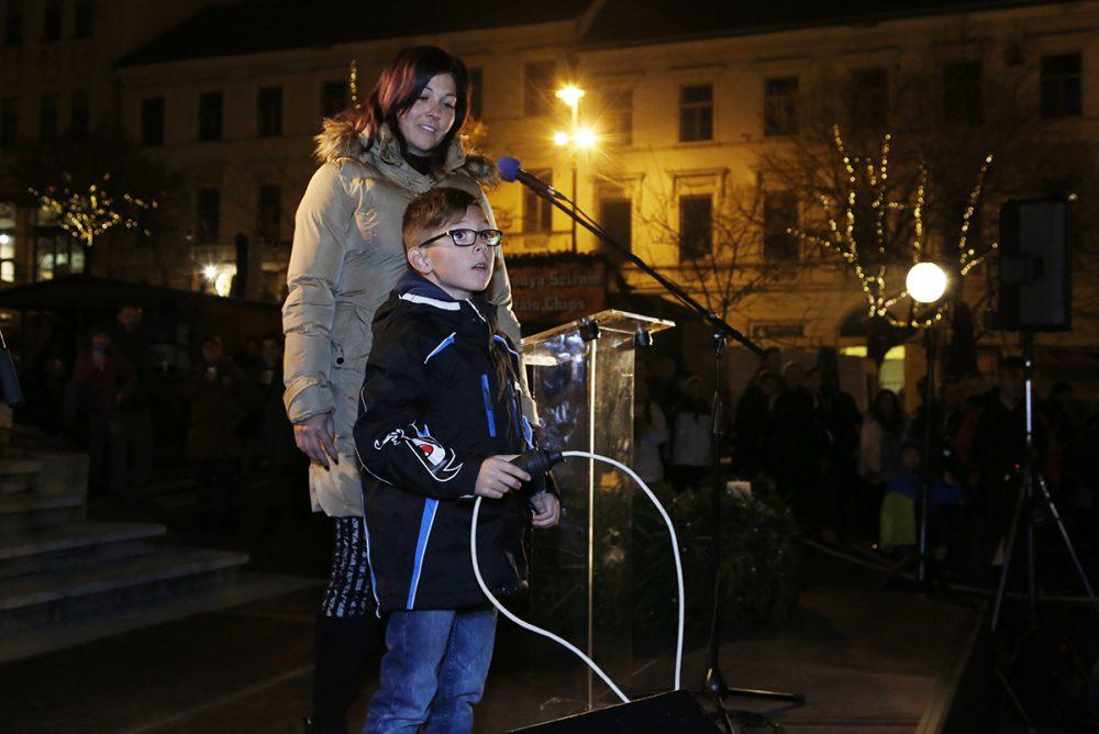 Vértes Viktória és kisfia felkapcsolta az adventi fényeket