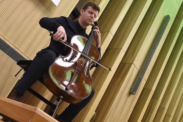 Budapest, 2016. december 12. Várdai István csellómûvész játszik egy 1673-ban készült Stradivari-csellón a Mûvészetek Palotájában rendezett sajtóbemutatón 2016. december 12-én. A hangszert, amelyen korábban Jacqueline du Pré és Lynn Harrell világhírû, csellómûvészek játszottak egy német mecénás adta a magyar mûvésznek tartós használatra. MTI Fotó: Kovács Tamás