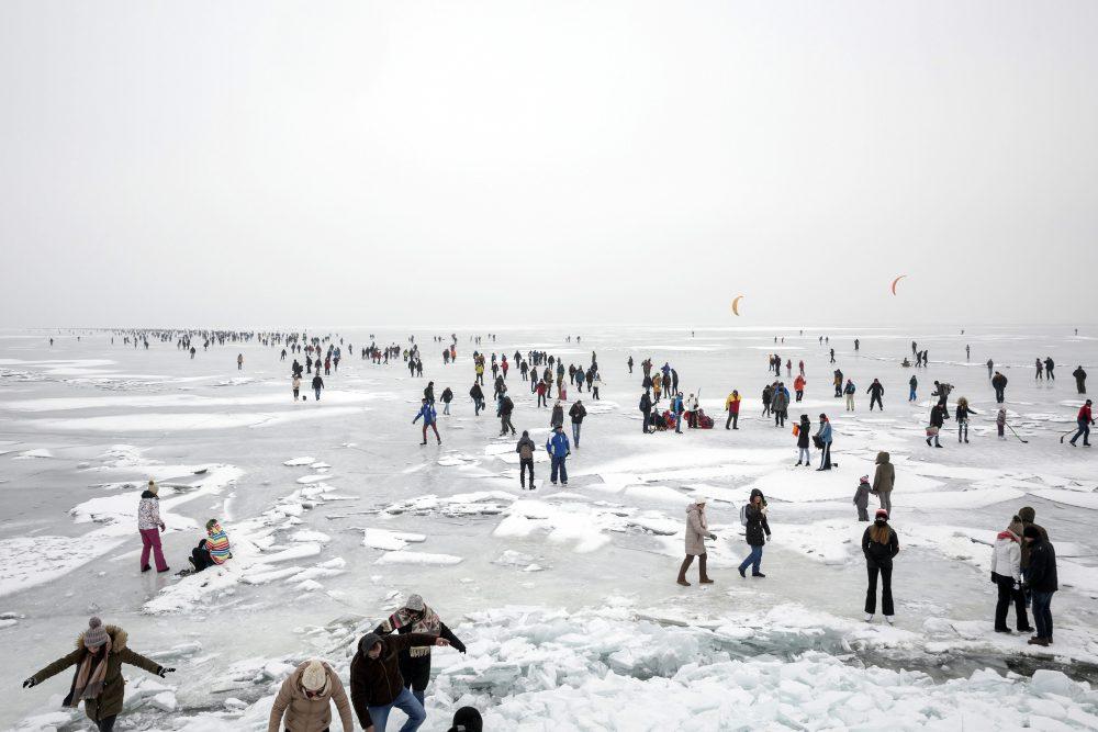 Badacsonytomaj, 2017. január 28. A Badacsonytól indult részvevõk megérkeznek a jégen a fonyódi fõstrandhoz a Balaton-átcsúszáson 2017. január 28-án. MTI Fotó: Mohai Balázs