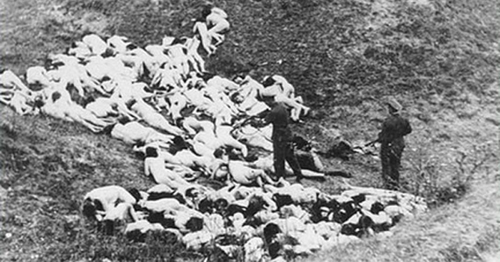 Tömegsírokba dobták a magyarokat
