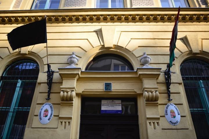 Budapest, 2017. január 21. Fekete zászló lobog a Szinyei Merse Pál Gimnázium falán a fõváros VI. kerületében 2017. január 21-én. Egy az iskola diákjait szállító, Franciaországból hazafelé tartó autóbusz az olaszországi A4-es autópályán egy veronai csomópontnál balesetet szenvedett, majd kigyulladt. Tizenhat középiskolás diák életét vesztette, a sérültek száma 39. MTI Fotó: Marjai János