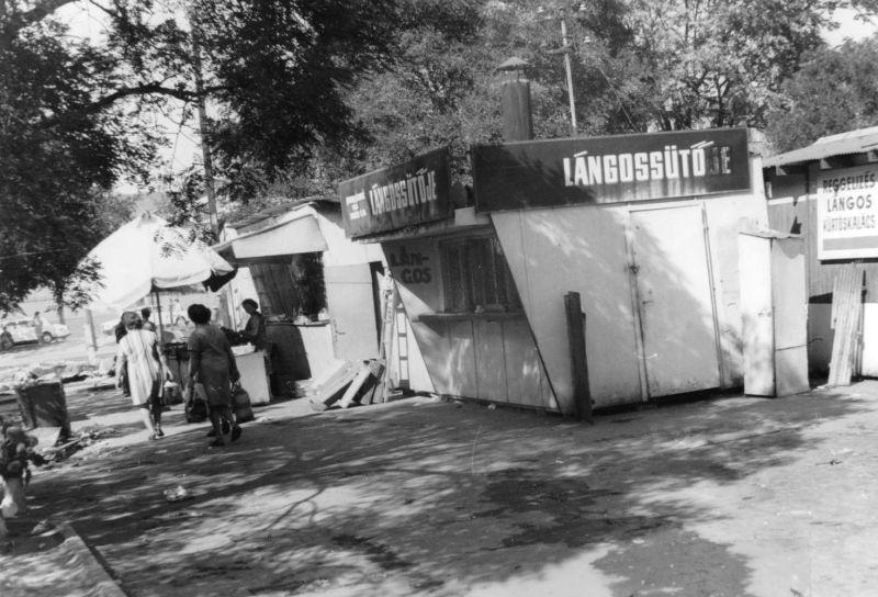 '77-ben a piac, lángossütővel (forrás: Régi Pécs)