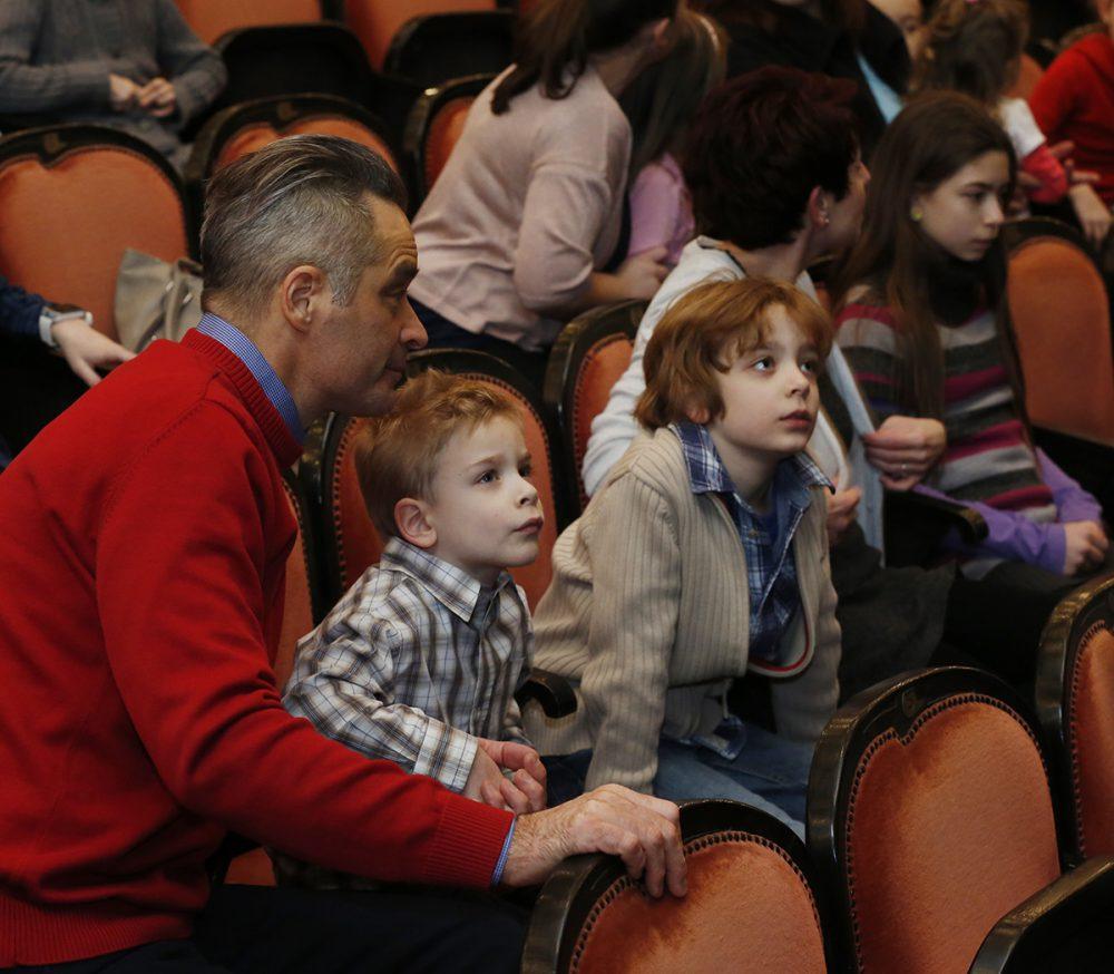 Tűkön ülve várták a gyerekek az előadást