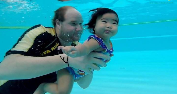 A thai kicsiket egy pécsi tanítja úszni