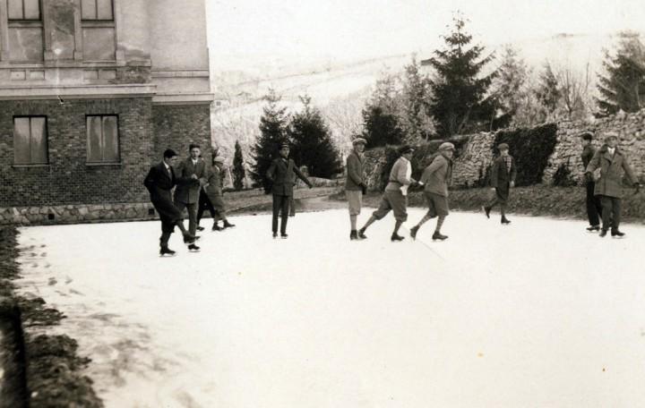 fortepan_1932 - koripálya a jezsuita Pius gimnázium és internátus - ma PTE - kertjében