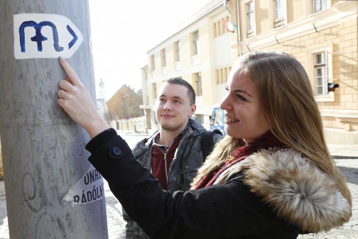 A Zsolnay-negyednél, az Ágoston téren és a belvárosban is találkozhatunk ezzel a jellel