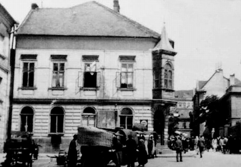Az első lebontott Hal téri ház (Forrás: Régi Pécs Blog)