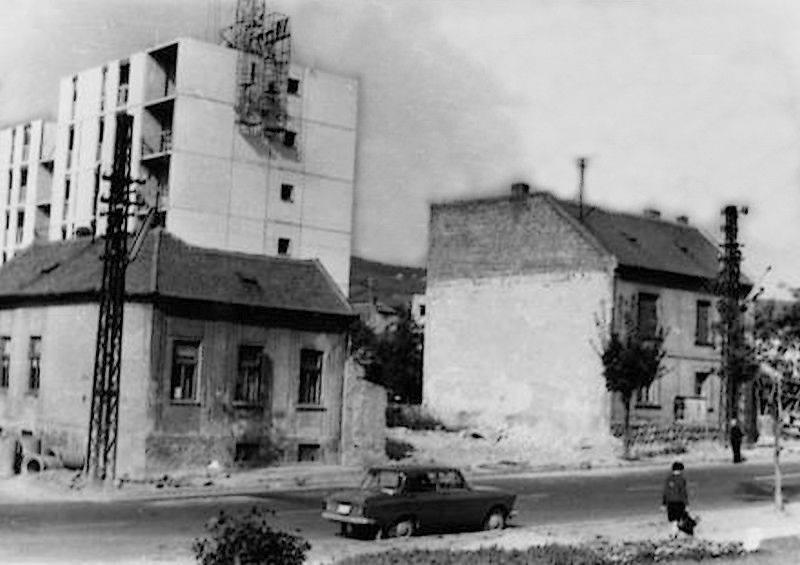 A Honvéd utcában bontják a régi házakat, a háttérben már állnak a panelek