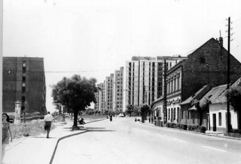 Szemléletes kép 1970-ből: a távolban már állnak a Szigeti út paneljei, az előtérben még a régi házak, melyek lebontásra várnak