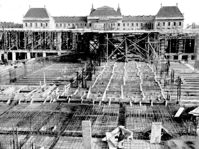 Már épül a 400 ágyas klinika, a háttérben a Hadapródiskola még érintetlen (Forrás: Régi Pécs Facebook)