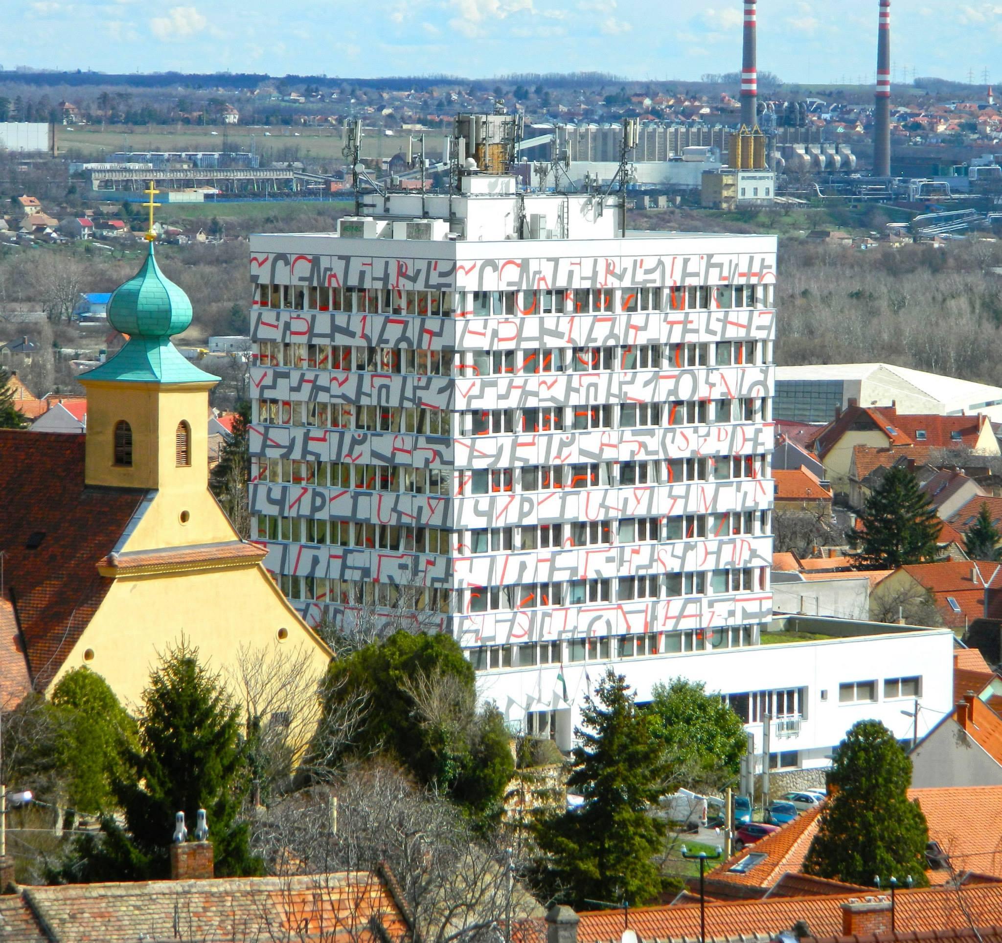"""A toronyház az """"új"""" homlokzattal (Forrás: Facebook)"""