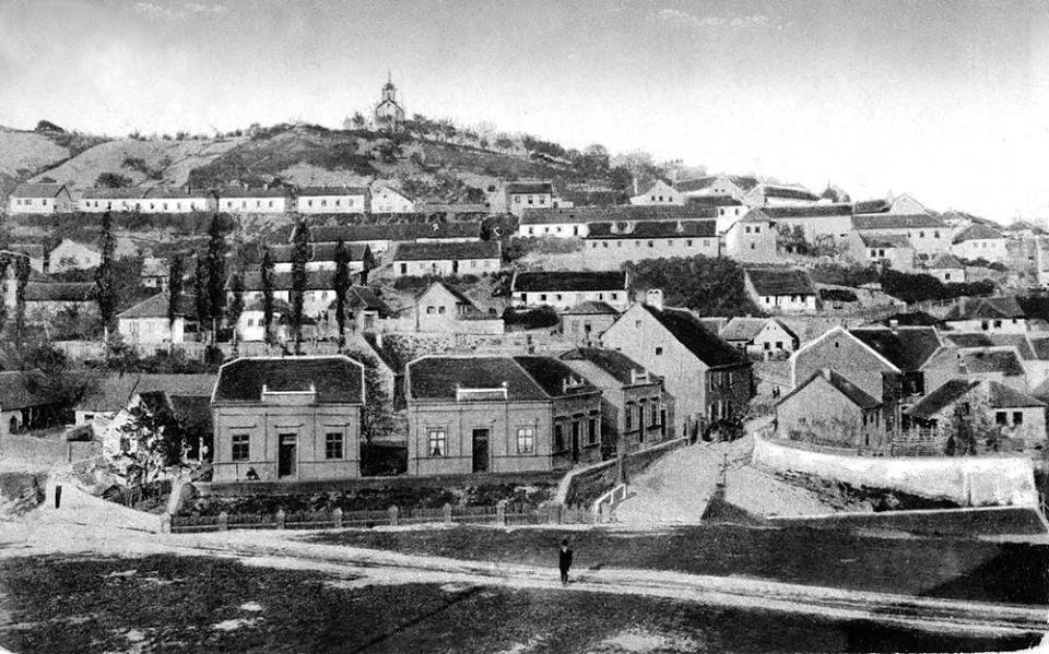 Az 1800-as évek végén a Tettye lábánál még csak egy üres terület állt, ahova később a kesztyűgyár épült (Forrás: Régi Pécs Facebook)