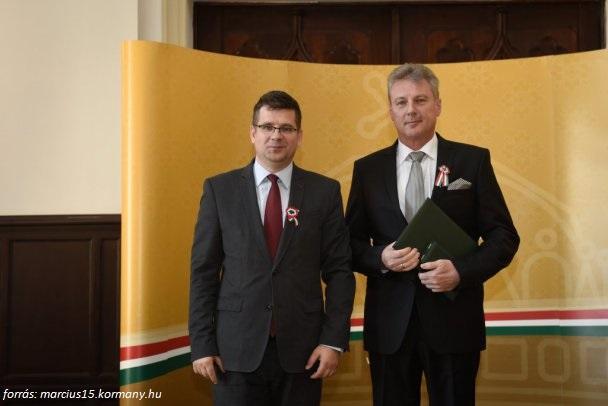 Magyar Arany Erdemkereszt kituntetes_balrol_Sesztak_Miklos_Szarkandi_Janos