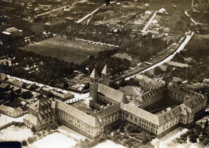 PTE - 1935 - Légifotó az intézményről és a Pius templomról - Jezsuita levéltár
