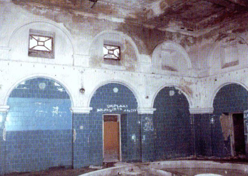 Jól megmaradt a fürdőház épülete - amíg le nem bontották... (Forrás: Régi Pécs Blog)