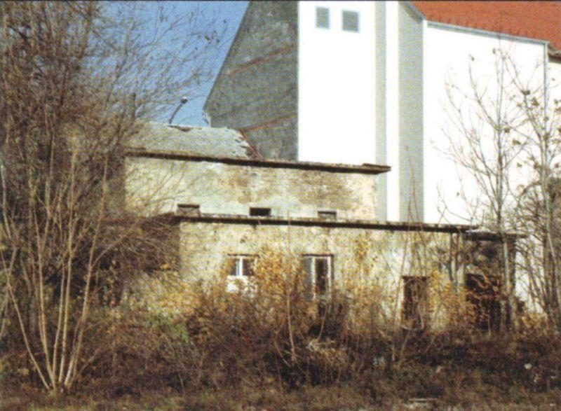 Az elbontott fürdő épülete kívülről már nem hasonlított régi önmagára (Forrás: Régi Pécs Blog)