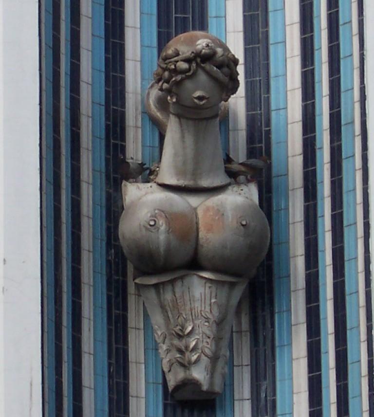 Gyümölcsökből született asszonyok a Konzum sarkában (Forrás: Szoborlap.hu)