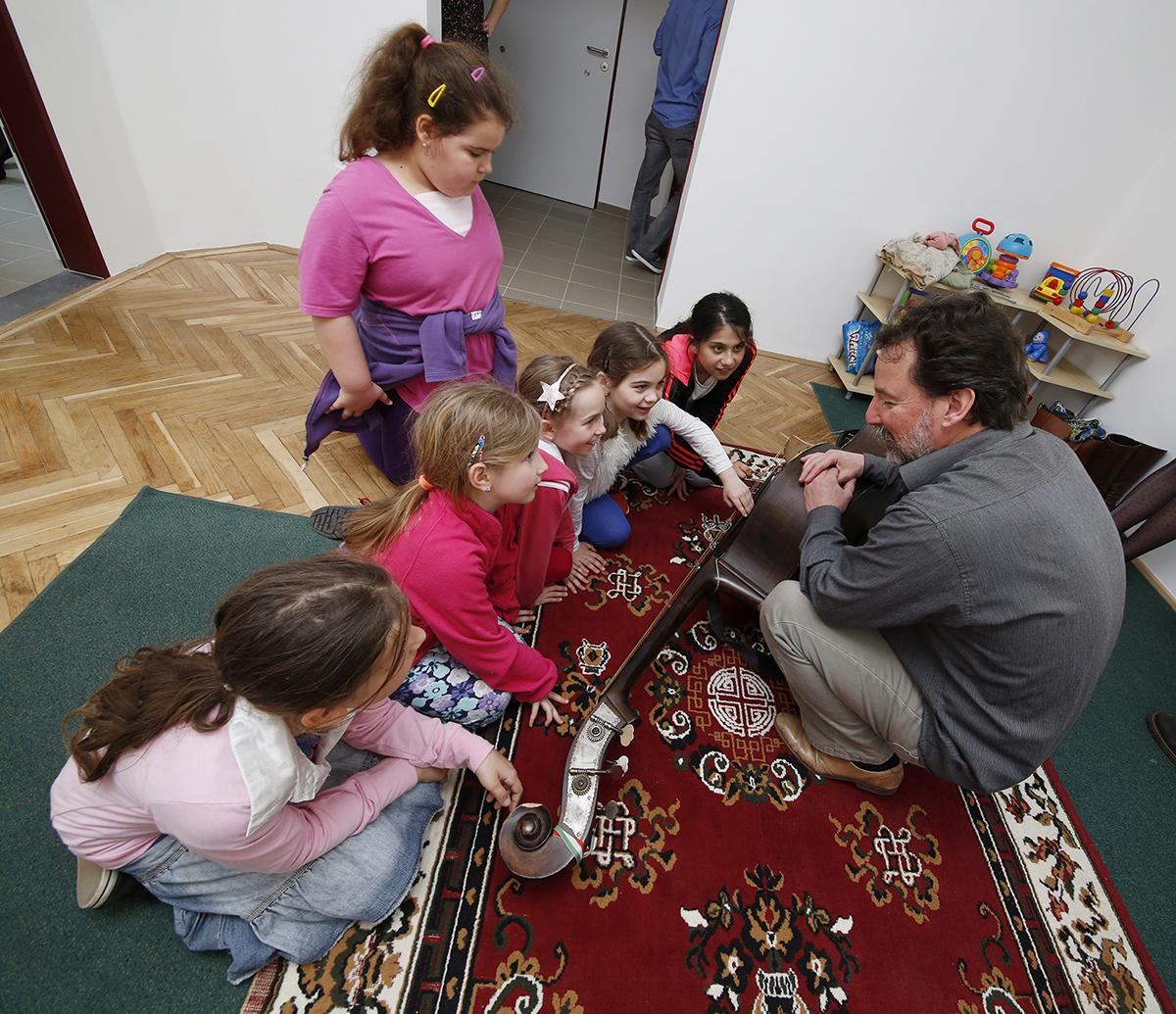 A kicsik ismerkednek a népzenei hangszerekkel