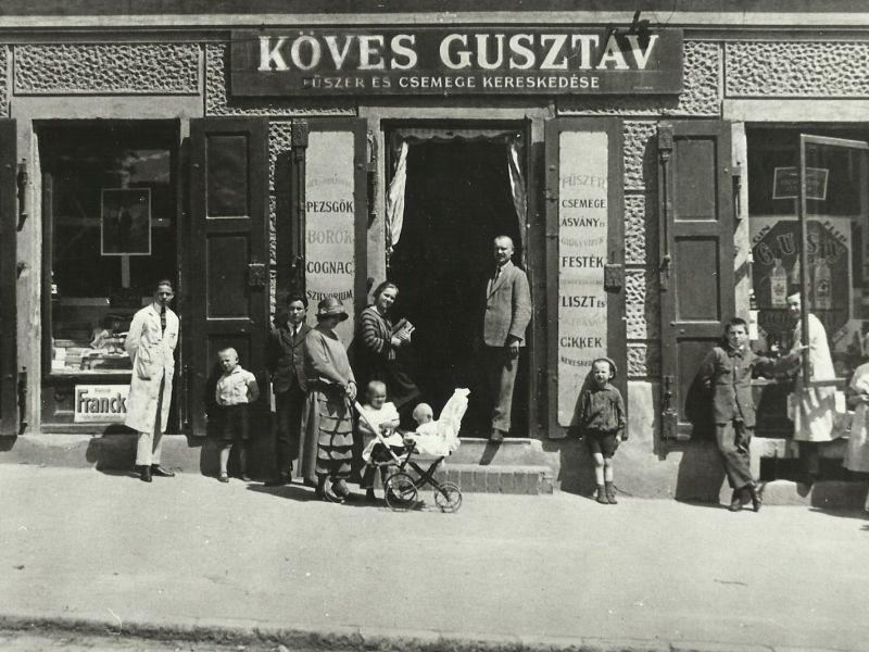 Köves Gusztáv boltja a mai bíróság épületében (Forrás: Régi Pécs Blog)