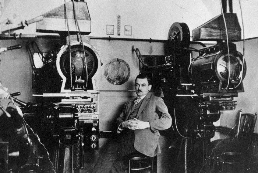 Az Uránia gépházában Stinner Mátyás főgépész (Fotó: Pécsi képek)