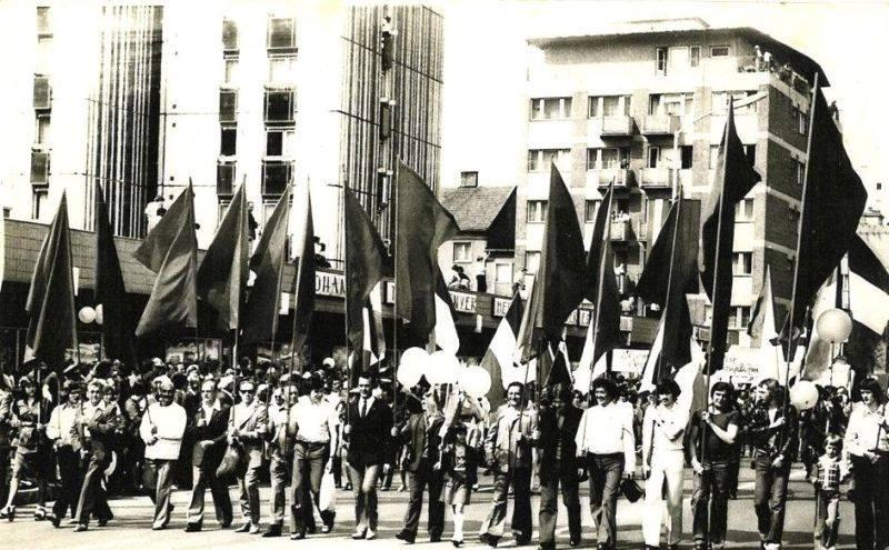 Uránbányászok a pécsi majálison a '70-es években, a Nagy Lajos király útján (forrás: Pécsi Uránbányász Facebook)