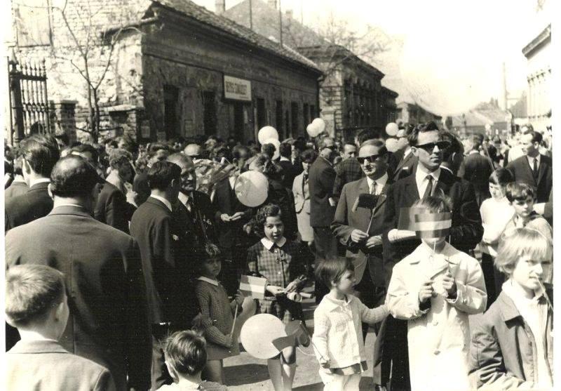 Tömeg a Rákóczi úton, a buli jelentős