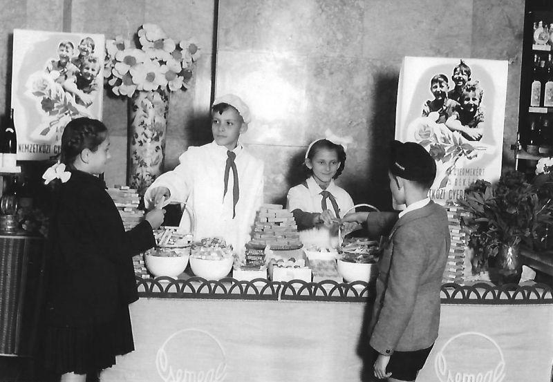 Úttörők árulnak a csemegeboltban 1955-ben (Forrás: Régi Pécs Blog)