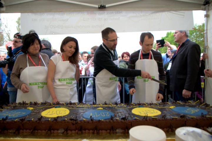 A több méter hosszú tortát majdnem fél órán keresztül szelte Csizi Péter és Őri László