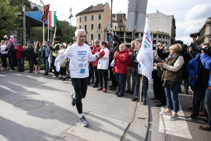 Hajdú Péter amatőr hosszútávfutó útnak indul Auschwitzba a Clarck Ádám térről a budapesti Élet menete rendezvényen 2017. április 16-án. A férfi nyolc nap alatt 420 kilométert futva érkezik meg Auschwitzba, ahol csatlakozik a nemzetközi Élet menetéhez. A holokauszt áldozataira emlékező emléksétát tizenötödik alkalommal rendezték meg a fővárosban.