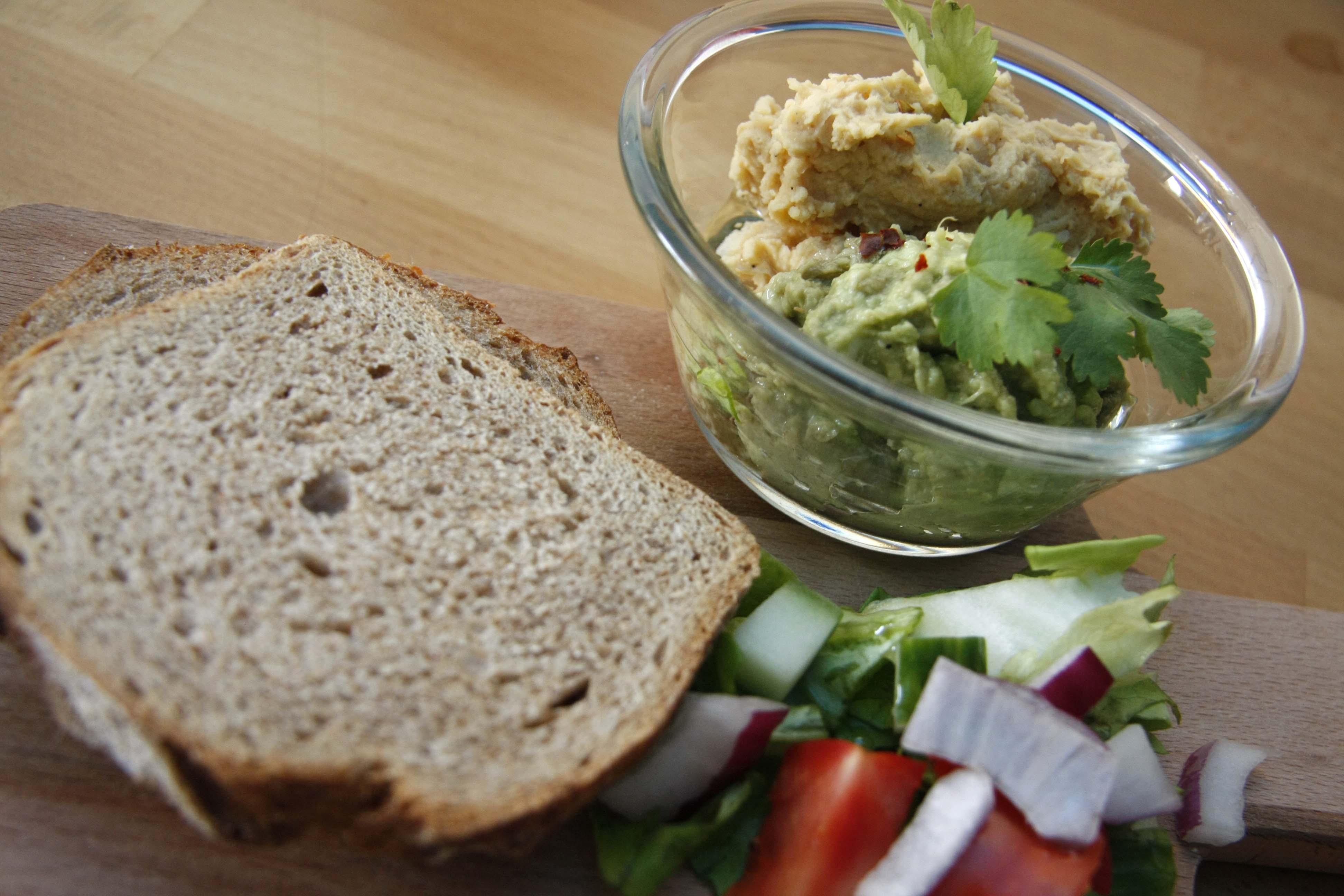 kenyér, lyr, avokado, hummus, salata