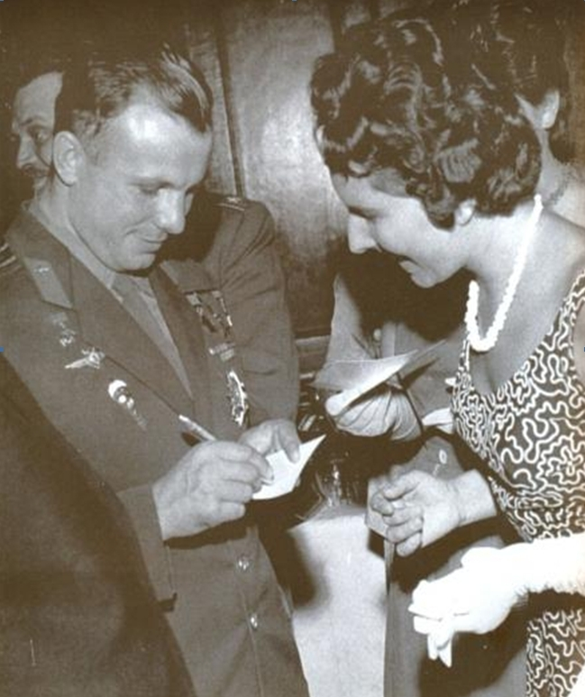 Gagarin autogramot oszt Komlón